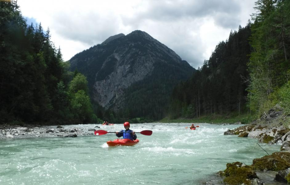 Lech Paddler zwischen den Bergen
